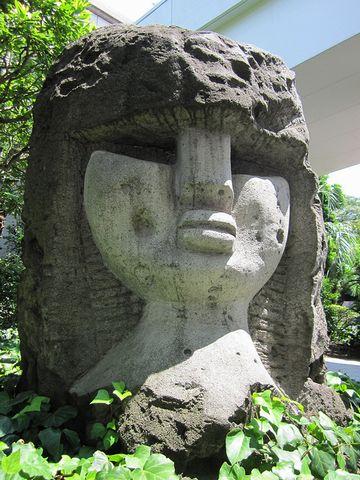 この像、やっぱり裏側が女性像でした