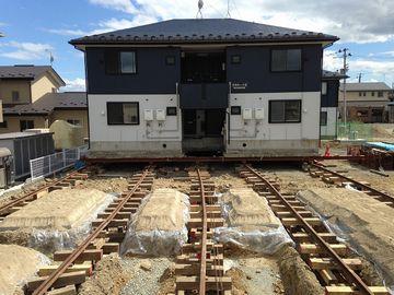 """""""曳家(ひきや)""""と、は建築物をそのままの状態で移動する工法です"""