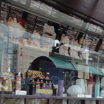 招き猫など、瀬戸物の置物のお店