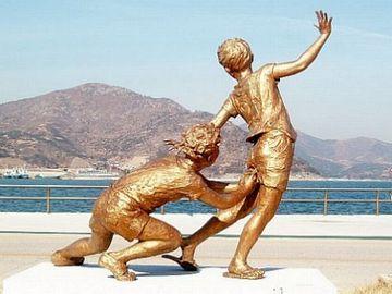 別名、三年殺し。この像は、韓国にあります。