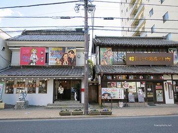 右が『昭和レトロ商品博物館』、左が『青梅赤塚不二夫会館』