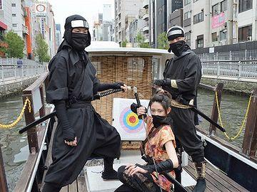 道頓堀川を忍者姿で観光する「忍者船」