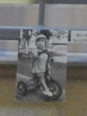 三輪車に乗った子供