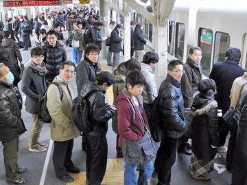 首都圏では、どの駅でも、ほとんどのドア前に人が並んでます