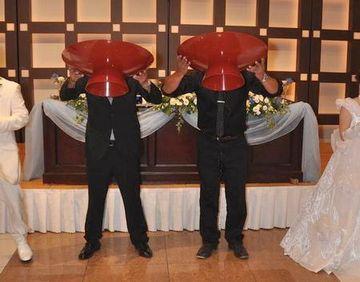 千葉県の結婚式で行われる『大杯の儀』。新郎新婦の友人代表一人ずつが、大杯のお酒を一気飲みするのだそうです。