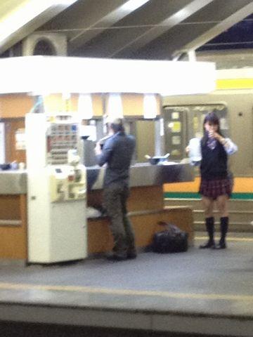 宇都宮駅のホームで、1人、立ち食いそばを食べる女子高生