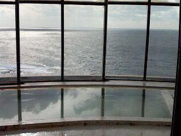 窓の外は、眼下に広がる日本海です