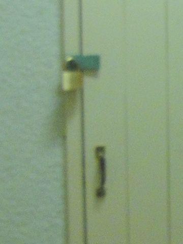 南京錠が掛かってますが、取っ手がチャチ