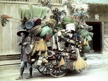 幕末~明治初期の写真だとか。日用雑貨の移動販売でしょうね。重くはなさそうですが。