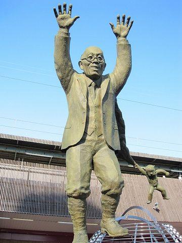 別府駅前に立つ油屋熊八の銅像・正面