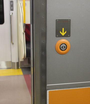 ドアの外側には「開」のボタンのみ。外から閉める必要は無いからです。
