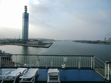 朝の秋田港にいるフェリーに、刑事が乗りこむとこからよ