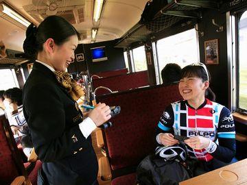 JR九州の観光列車『あそ1962(2010年で運行終了)』。女性は車掌さんではなく、客室乗務員です。