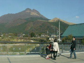 辻馬車を見送る城橋の観光客