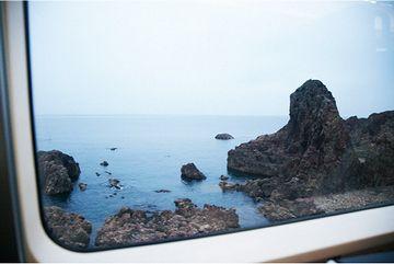 日本海が見えるのは、進行方向左側でしょ