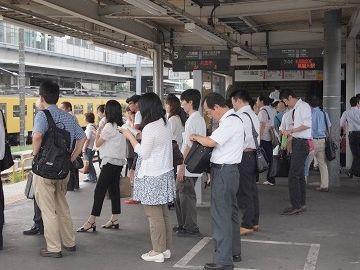 拝島駅の様子。奥の黄色い電車は、西武でしょうね。