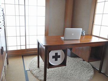 一角に絨毯を引いて、洋机を置いたんじゃないでしょうか