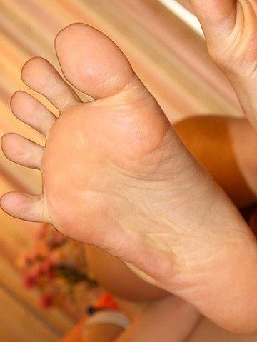 足の指が大きく開く