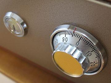ダイヤル番号を紙に書いて、金庫の扉に貼ってた