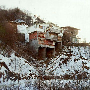 """山の斜面に建つ山荘は、まさしく難攻不落の""""山城""""だったそうです"""