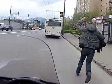 バスに乗り遅れた男性を後ろのバイクが乗せ、次のバス停で乗れたそうです