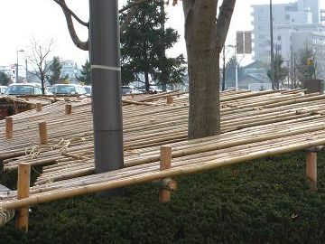 ツツジには、竹の屋根