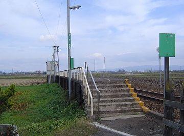駅舎に見えたのは単なる待合室で、乗客はこの階段からホームに登るようです。早い話、フリーパスですね。