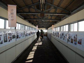 長い跨線橋を渡って、津軽鉄道のホームに向かいましょう
