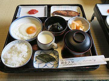 広間で銘々膳の朝食