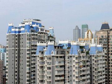 お城のような部分は、違法増築のようです。さすが、中国。
