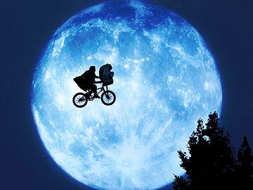 月夜の空を昇っていく夢