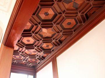 段の天井。これも寄木細工だそうです。