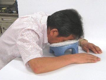 机でのうつぶせ寝用枕