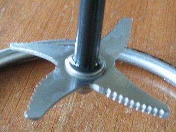 4枚刃の粉砕カッター