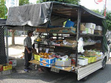 トラック乗って来て、お店開く