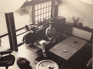 居間でくつろぐ前川夫妻(昭和30年代)