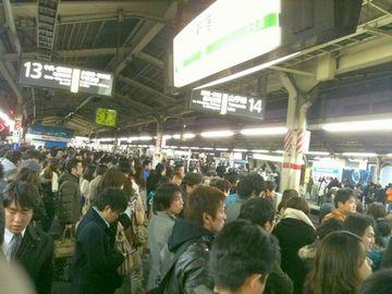 昼間なのに、駅のホームなんて、人が零れそうなほど