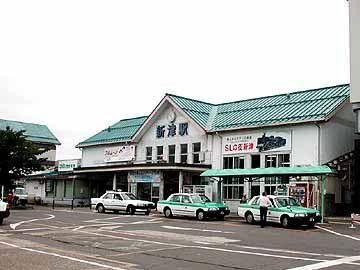 【新津駅】古い駅舎は風情があって、名物の三色団子がよく似合ってました