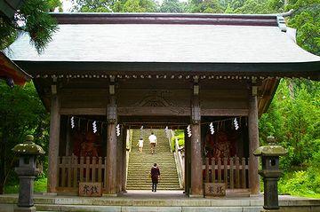 真山神社・山門の向こうに、階段の参道が続いてます