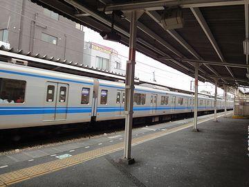 向かい側のホームに、『西武新宿』行きが入ってきました