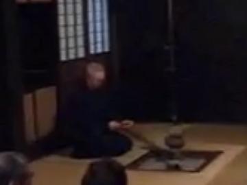 真山伝承館・囲炉裏の前に座る主人
