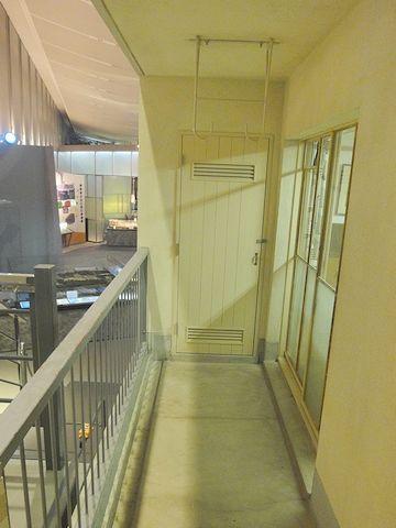 ベランダの展示用出入り口から、ベランダ奥(六畳間方面)を見たもの