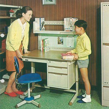 1969年。ごく初期の学習デスク。お母さん、美人です。