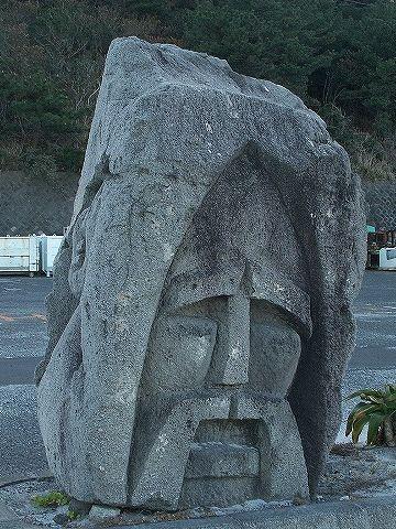 本家新島にあるモヤイ像。この哀愁はなんだ?