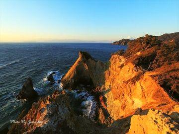 安山岩が風化して黄色くなった岩に夕陽があたると、黄金色に輝くんですよ