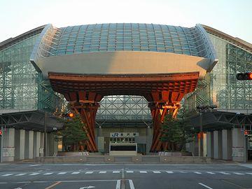 金沢駅。なんか、SF映画に出てくるみたいな駅です。