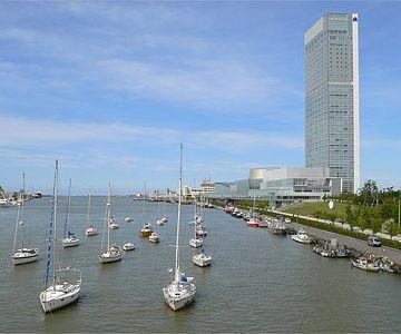 すぐ近くの万代島ビルには、31階の展望室があります