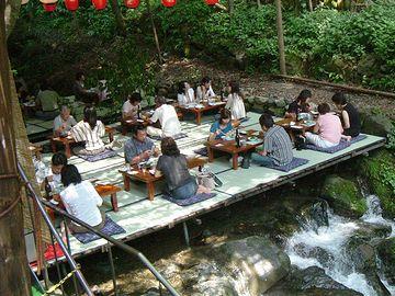 こちらは、貴船神社近く、貴船川の川床。ここらは涼しいんでしょうかね? 昼食もやってます。