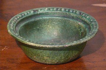 太宰が夜店で買って愛用したという、鋳物の灰皿です