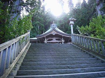 真山神社・本殿が見えてきました